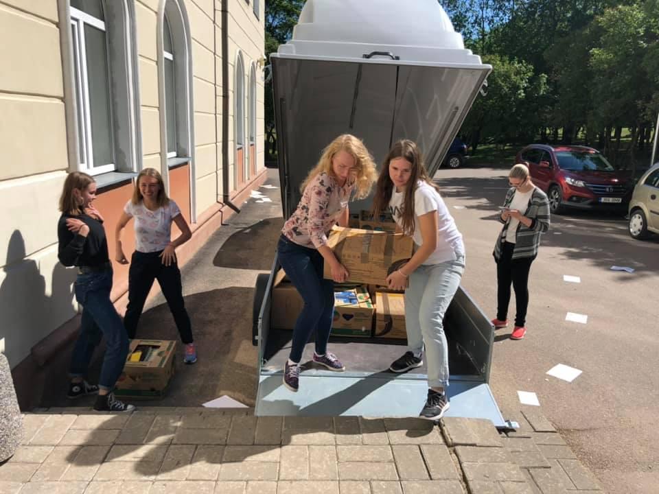 Õpilaste abiga kooli raamatute transportimine